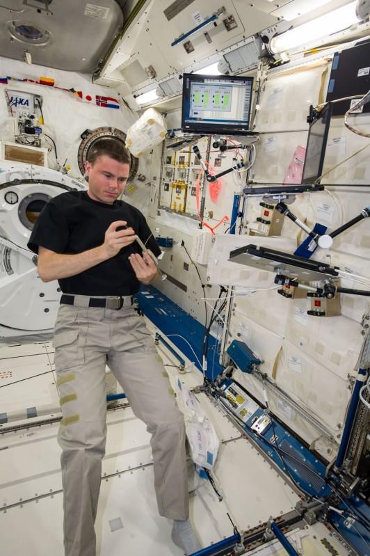 Astronaut Reid Weisman prepares to actuate the fixative onto our BRIC-19 samples.